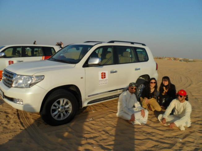 Dubai sentado na areia